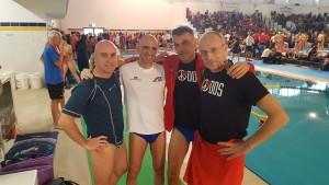 """Gruppo di atleti in un interno: Gabriele Marletti, Michele """"Mike"""" Pagliara, Mattia Bellaviti e Giovanni Guasti"""
